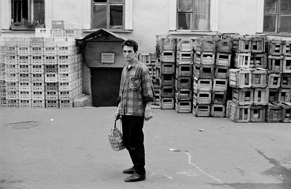 В дворах будинків у старих частинах радянських міст обов'язково були бруд та антисантарія, а вздовж вікон стояли купи ящиків, грубо збитих із неструганих дощок.