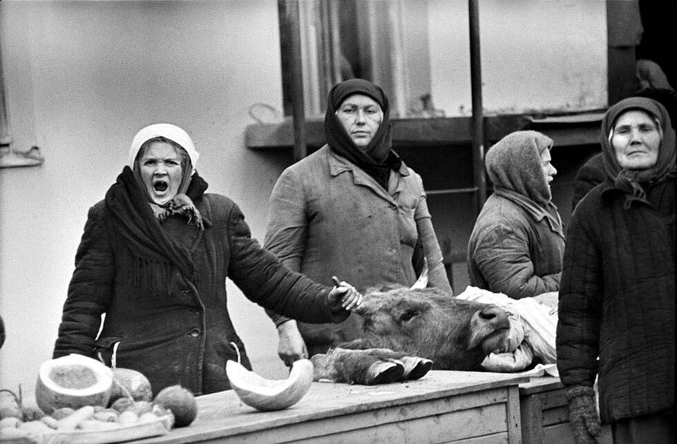 Базарний фотознімок – продавчиня зліва ще далеко не стара жінка, проте у неї вже немає майже всіх зубів.