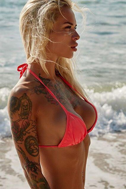 Вікторія в червоному купальнику