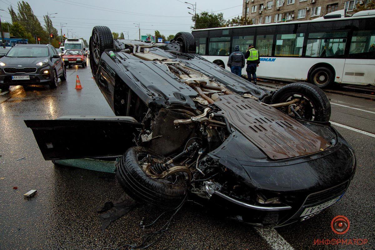 От удара авто перевернулось .