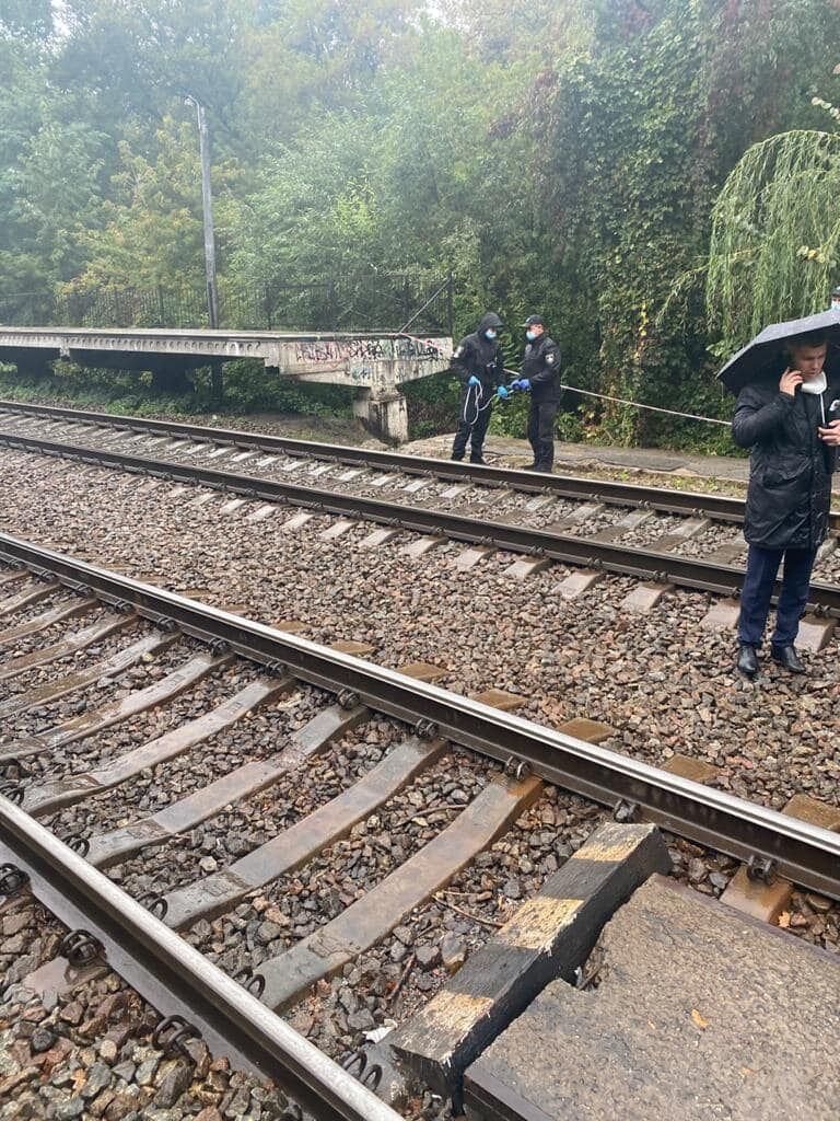 Сотрудница посольства США была обнаружена возле железнодорожных путей.