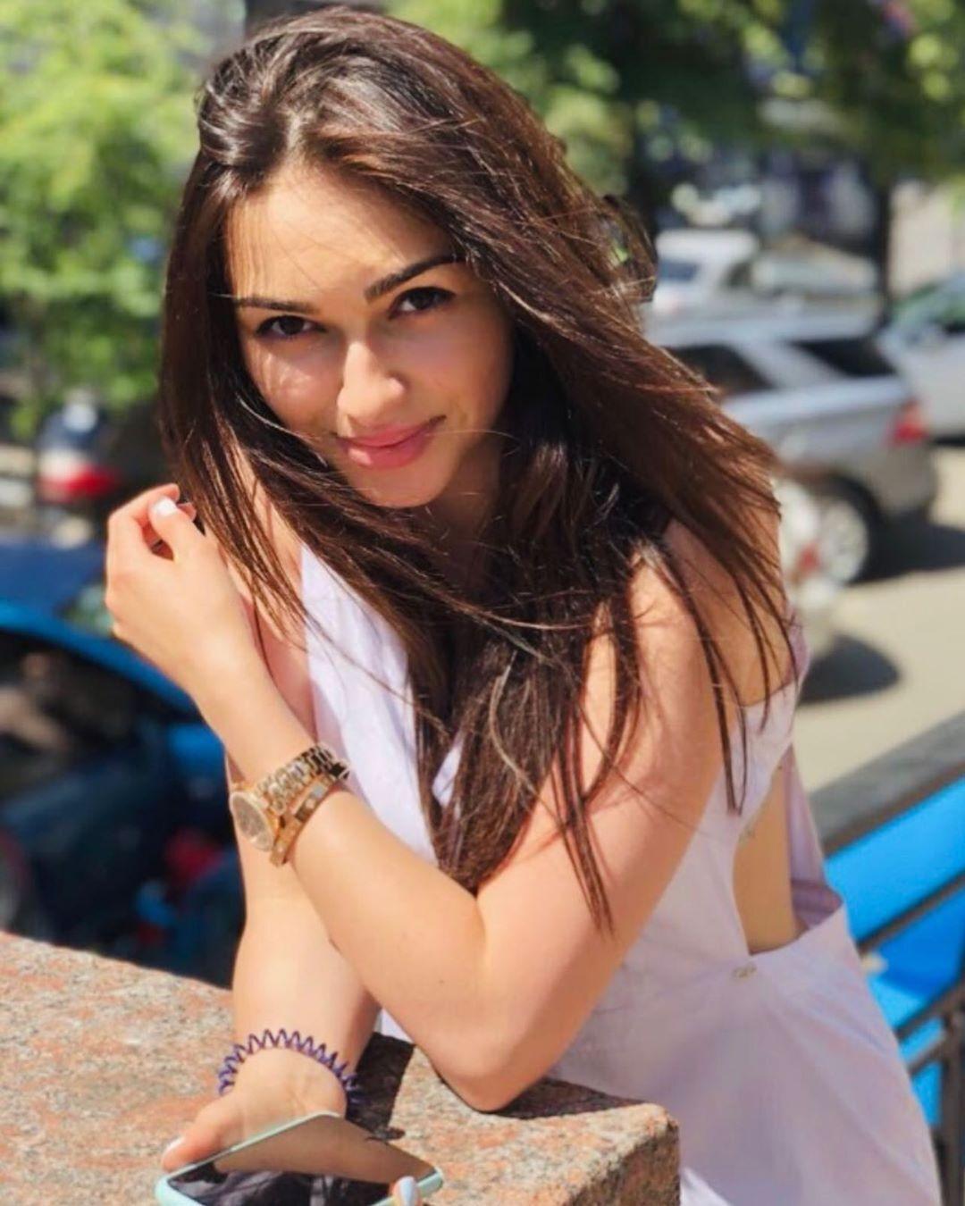 Катя Вандина в белом платье