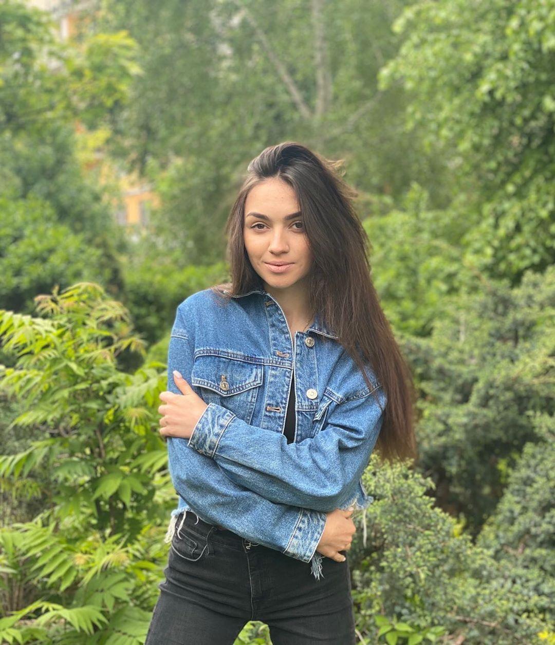 Катя Вандина в джинсовой куртке