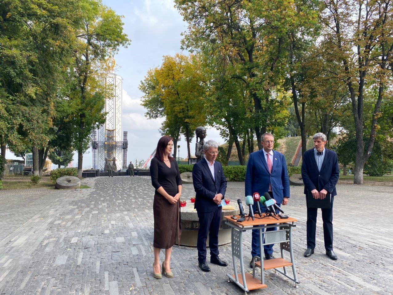 На церемонии были министр культуры и директор музея .