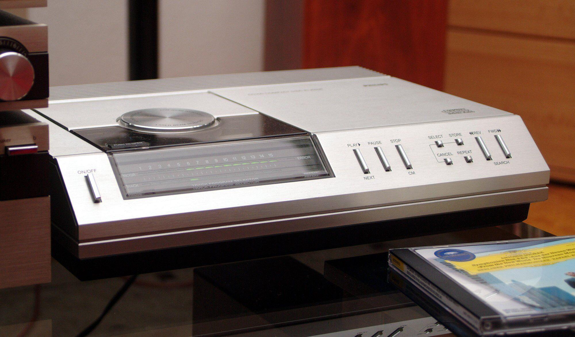 CD-плеер Philips CD100 был выпущен в ноябре 1982 года