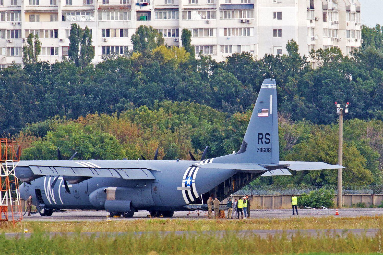 В аэропорту Одессы аварийно сел C-130 Hercules .