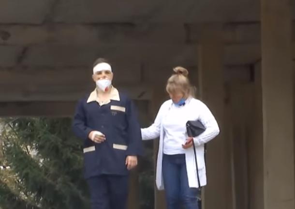 В'ячеслав Золочевський із мамою на території госпіталю.