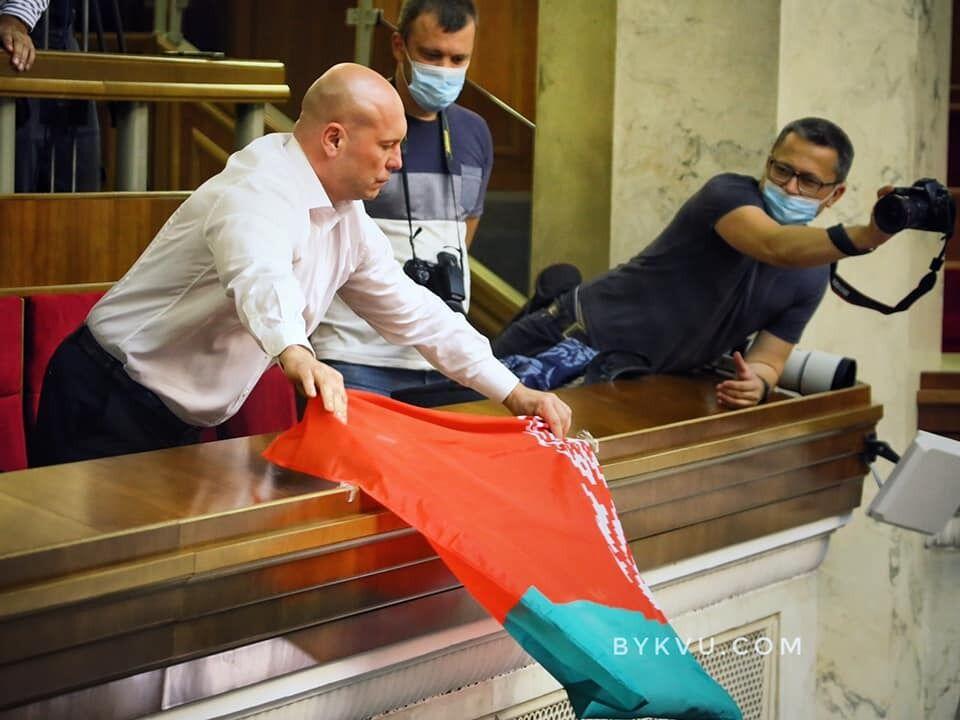 Ілля Кива вивісив прапор Білорусі з балкона Ради