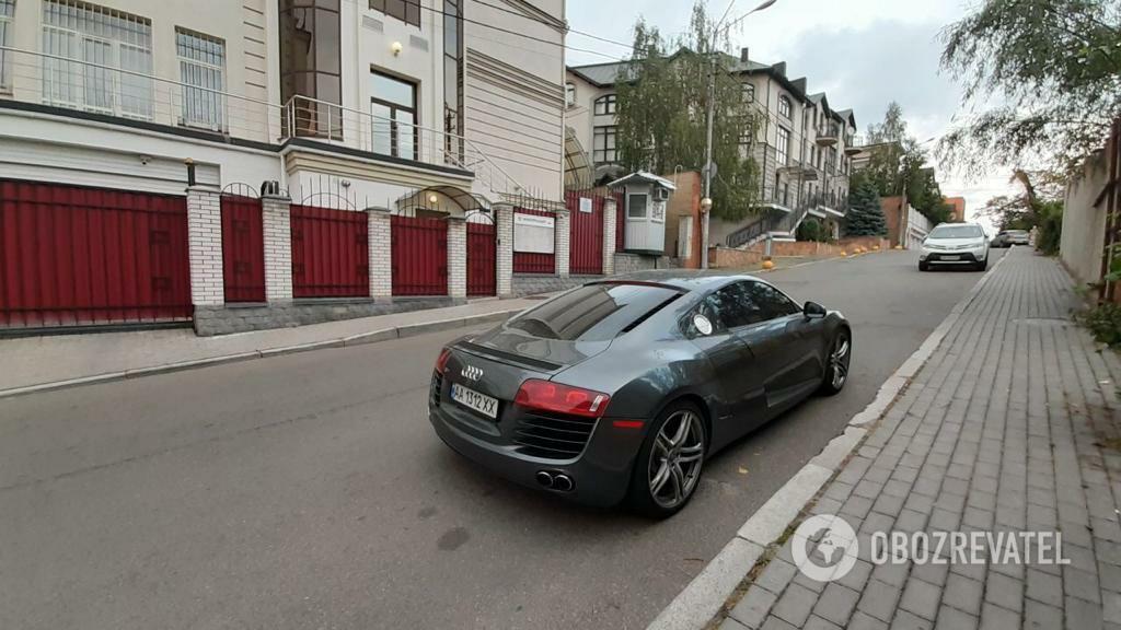Audi R8 у российского консульства