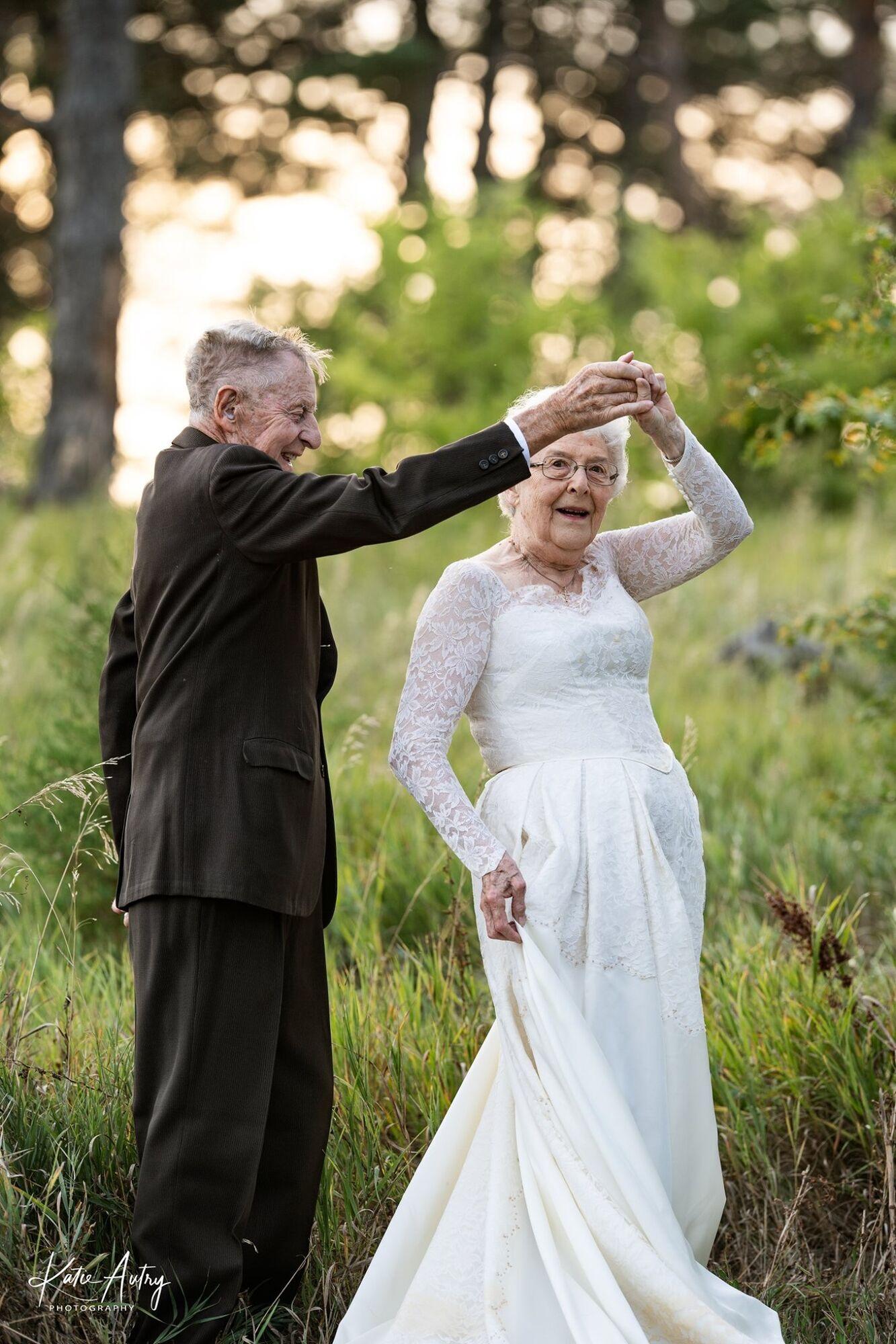 Люсіль Стоун і 88-річний Марвін Стоун танцювали під час фотосесії