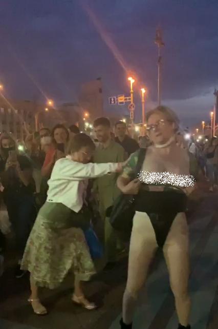 У Білорусі на вулицю вийшла гола жінка.