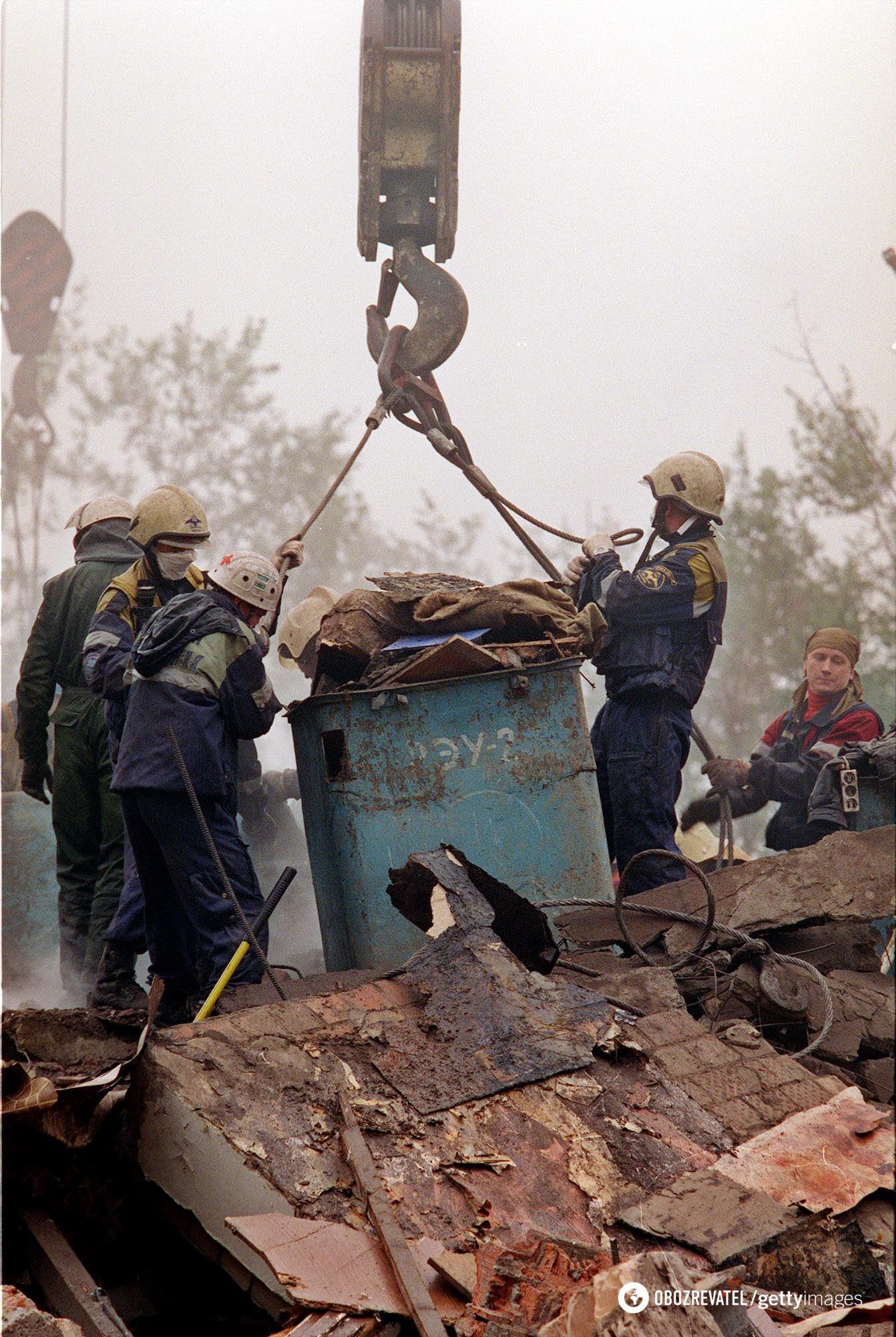 Рятувальник шукають тих, що вижили на місці вибуху в Москві, який стався 13 вересня 1999 року
