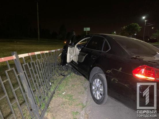 Машина врезалась в ограждение