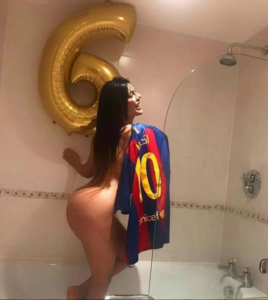 Модель Playboy поздравила Месси своим голым фото в ванной