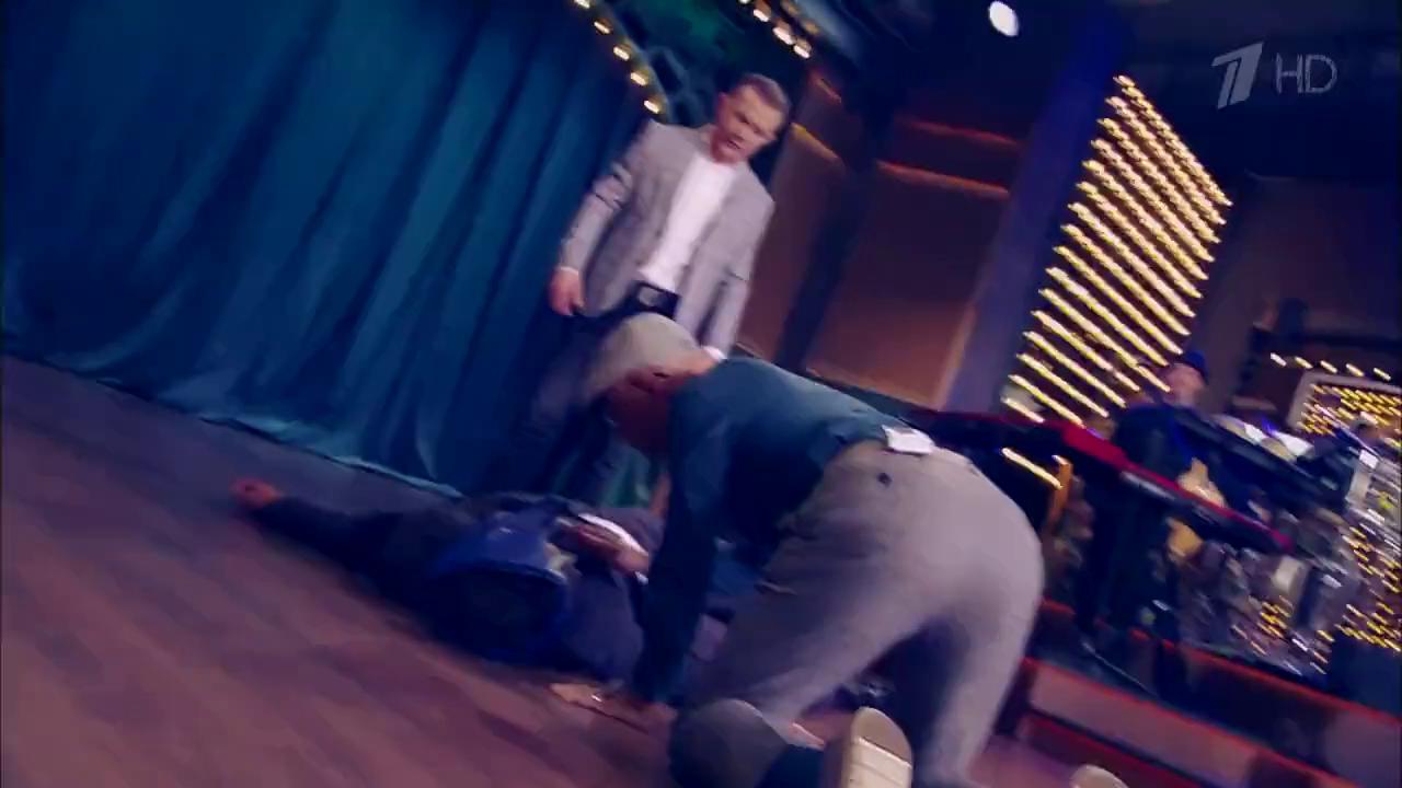 Ургант лежит на полу