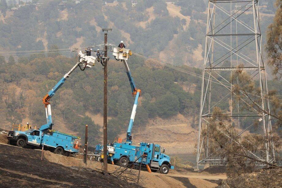 Аварийные службы устраняют последствия масштабных пожаров в штатах Калифорнии