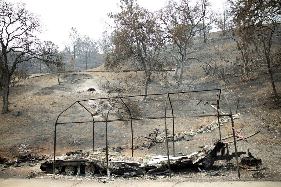 Огонь уничтожил дома калифорнийцев