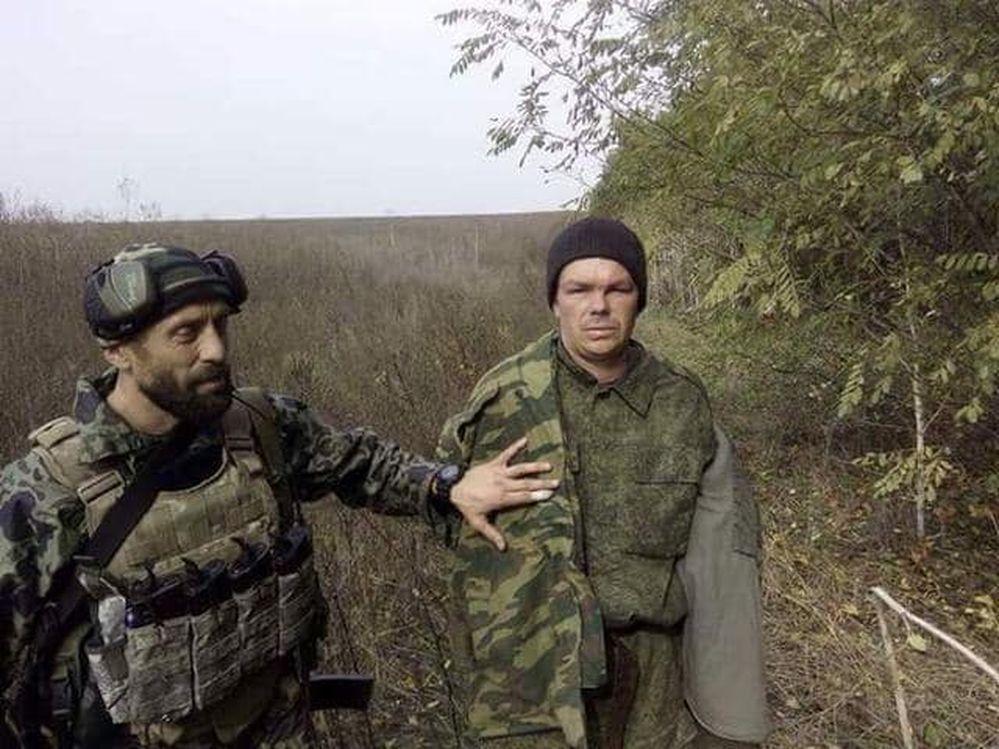 Руслан Пустовойт (ліворуч) і полонений.