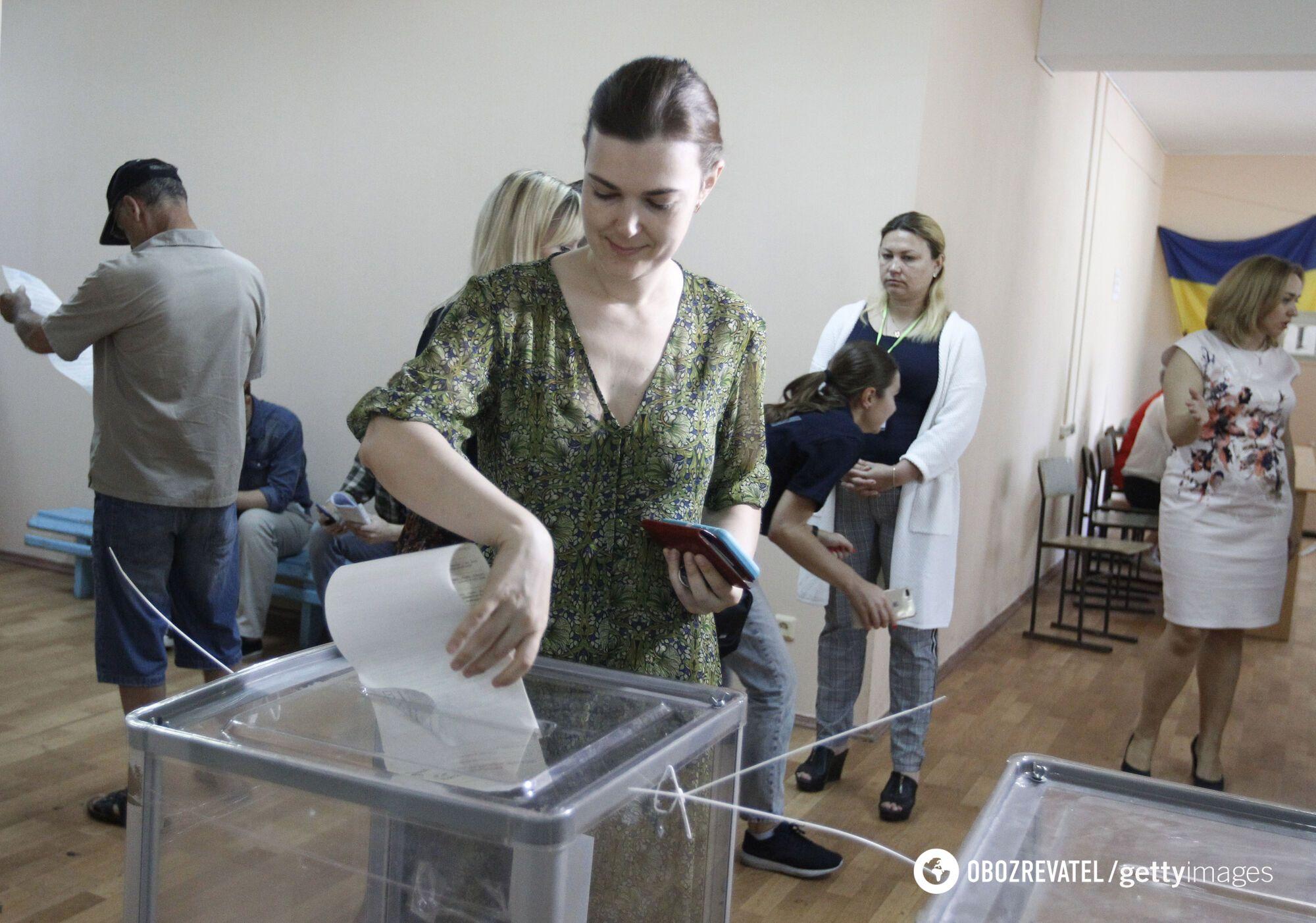 Впервые украинцы могут сменить место голосования на выборах местных депутатов и мэров