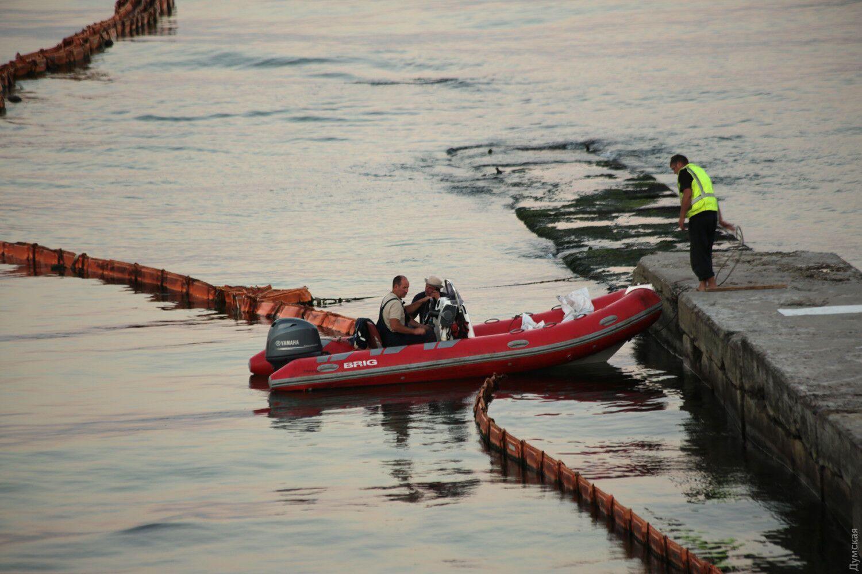 Роботи з підняття затонулого танкера.