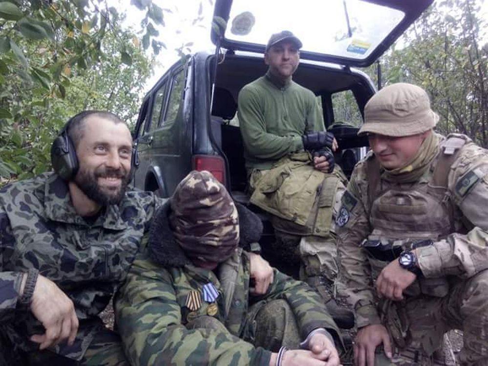 Руслан із побратимами і затриманий. Крайній праворуч Андрій Супріган – майор ССО загинув у травні 2020 року на Донбасі.