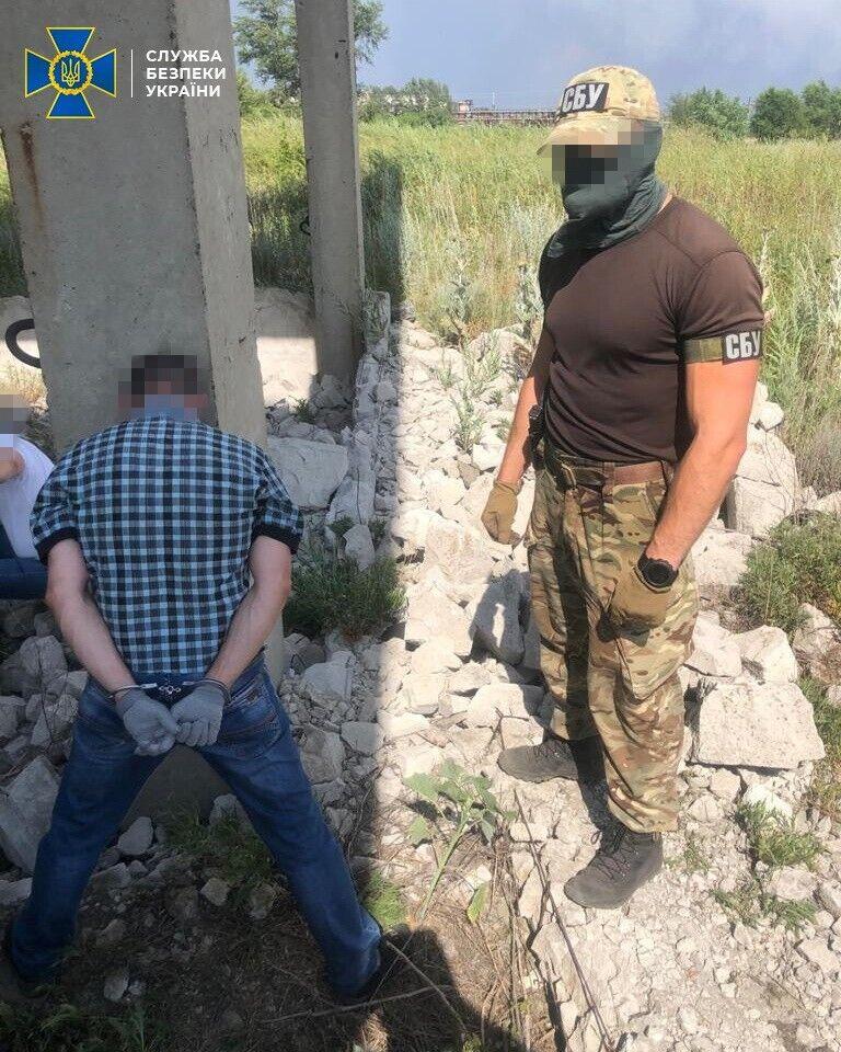 Терориста затримали під час вилучення засобів ураження зі схованки.