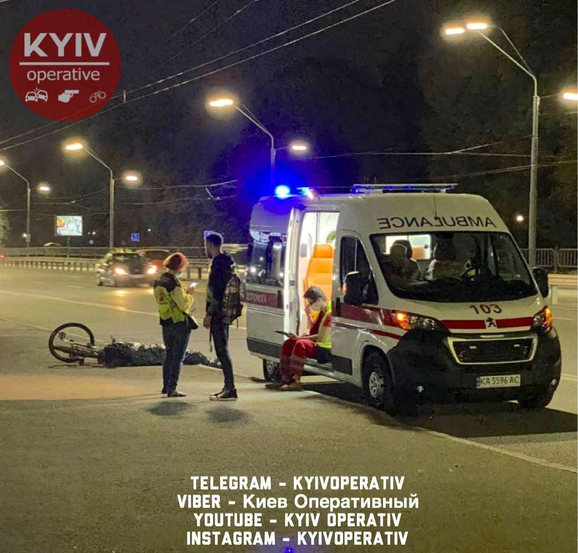 Велосипедист скончался на месте разрушения рекламного борда в Киеве.