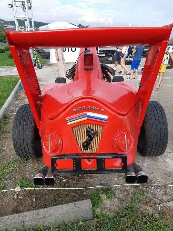 Надпись Fraari 1 и логотип Ferrari с набором флагов – необычное сочетание.