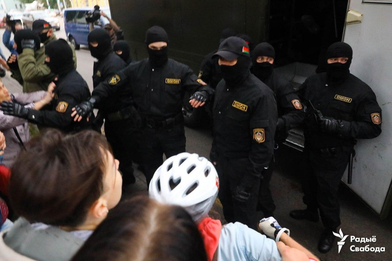 Люди требовали отпустить задержанных.