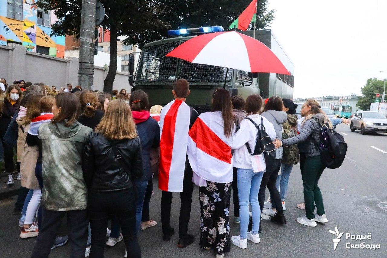 Протестующие пришли на акцию с бело-красно-белыми флагами.
