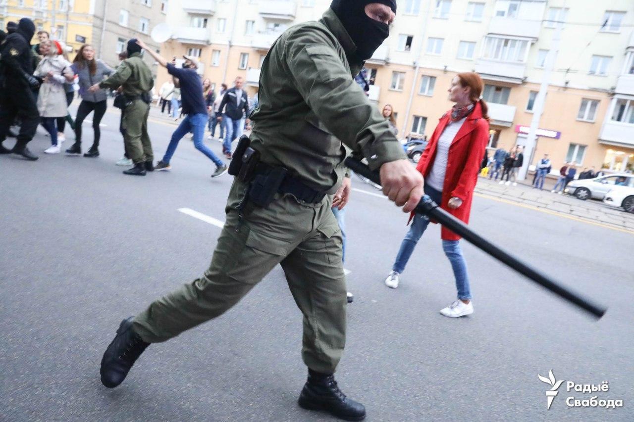 Силовик на акции оппозиции.