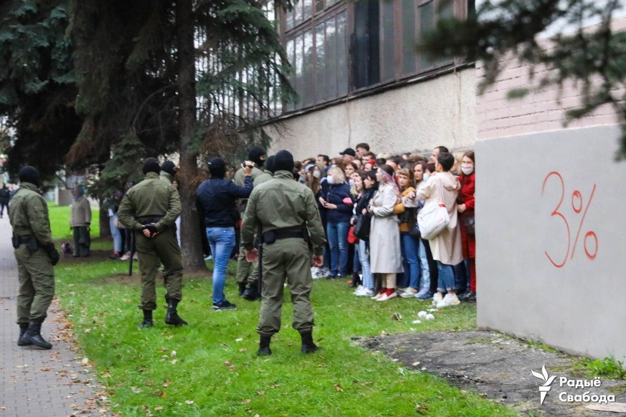 """Возле протестующих видно надпись """"3%"""" – о """"реальном рейтинге"""" Лукашенко."""