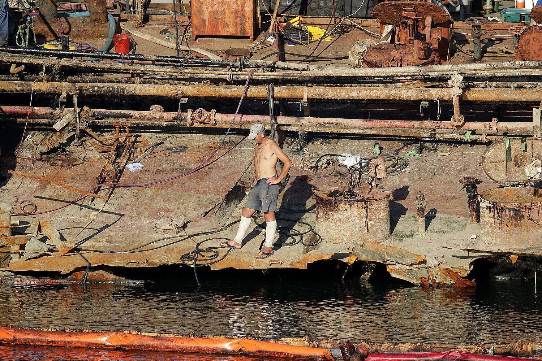 Рабочие срезают металлические конструкции.