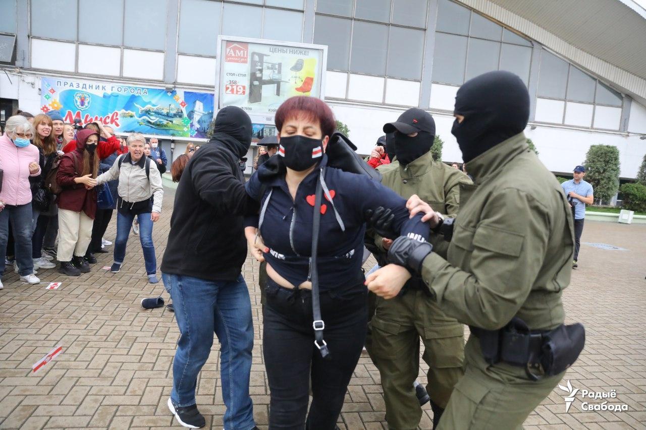 Задержание женщины возле Комаровского рынка.