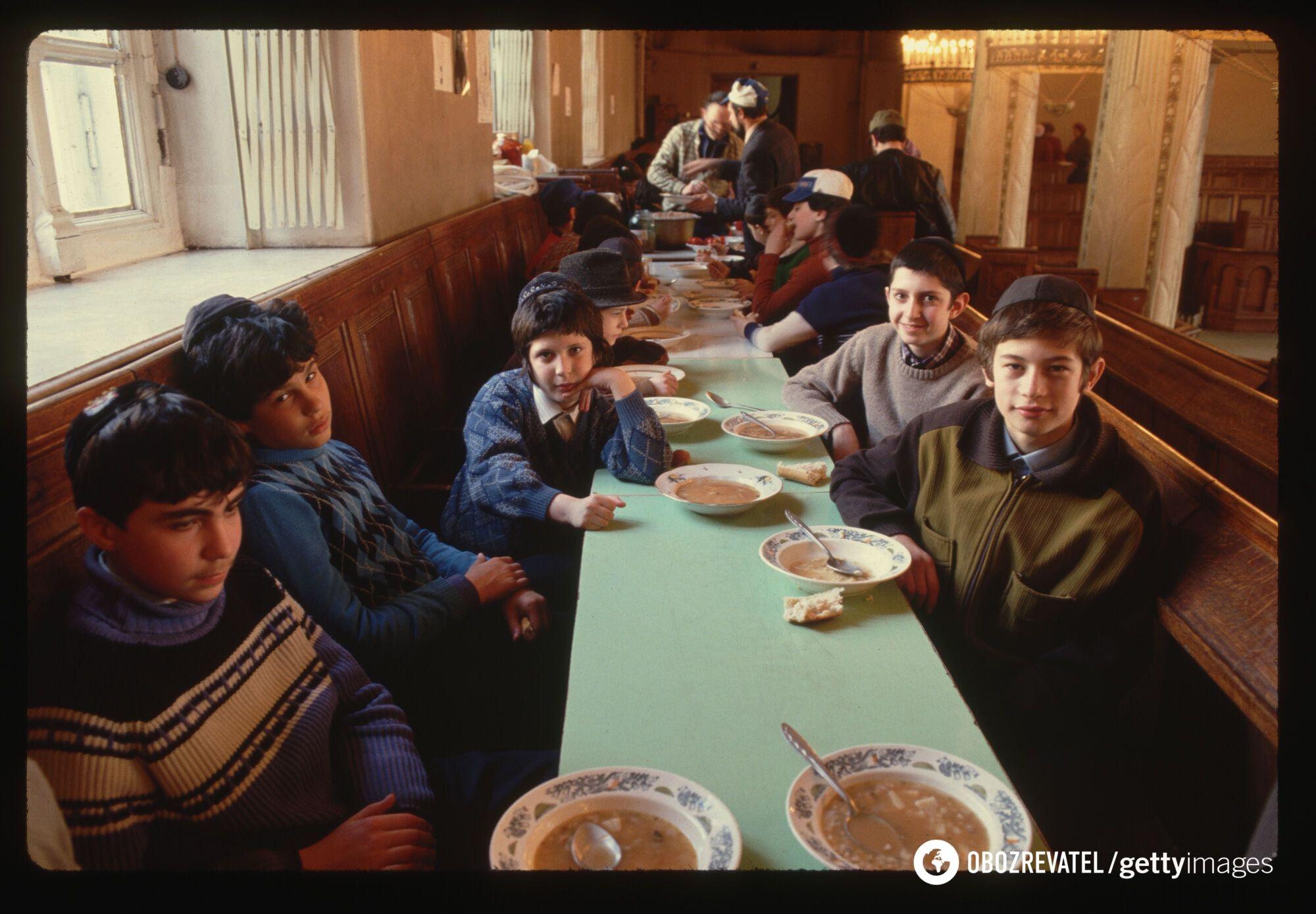 Группа молодых советских евреев ест суп на обед в московской синагоге, апрель 1990 года
