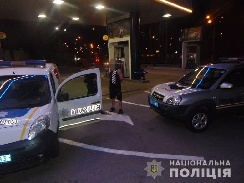 У Києві на АЗС чоловік погрожував співробітникові станції гранатою.
