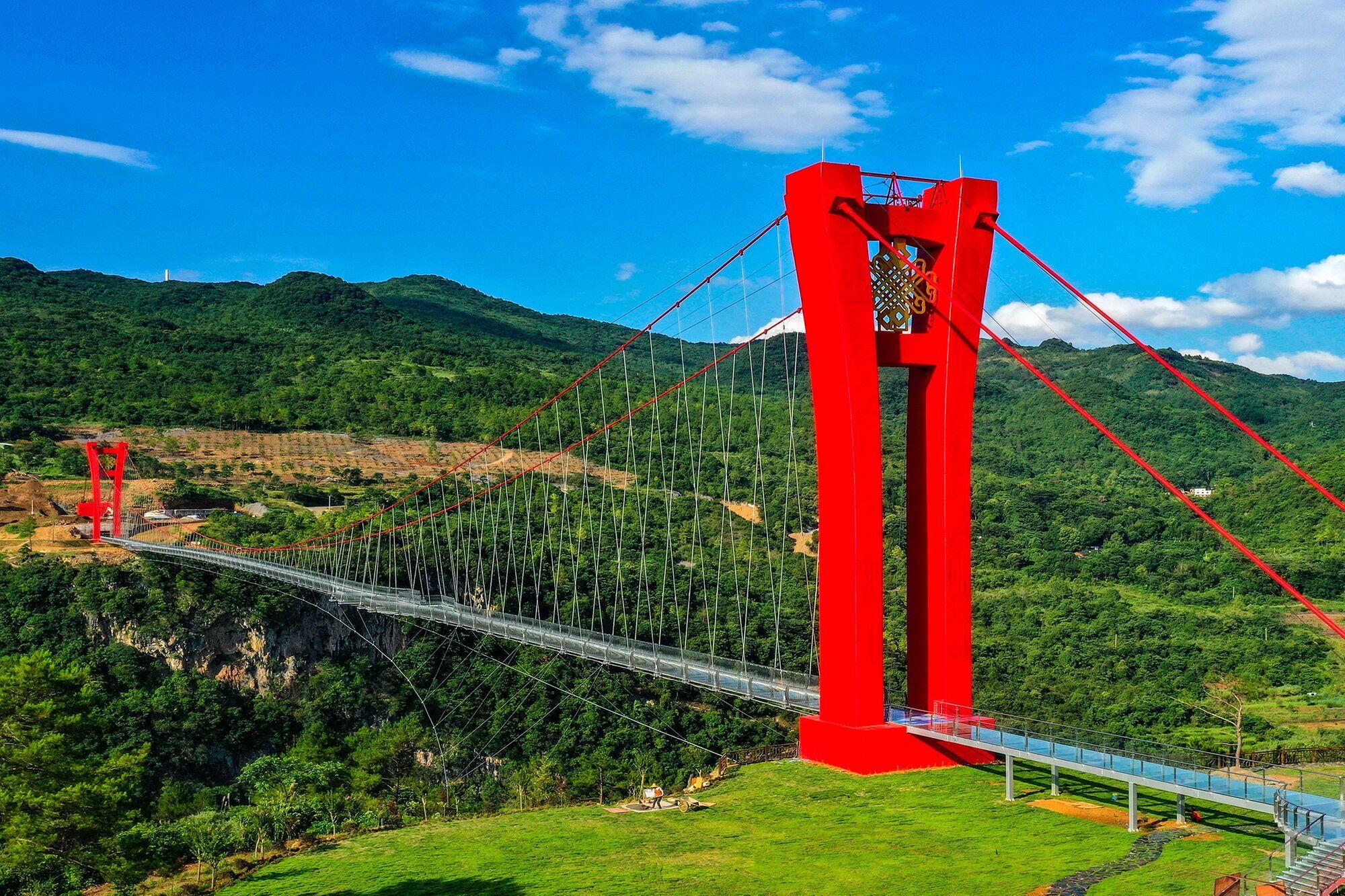 Длина стеклянного моста в Китае составляет 526 метров.