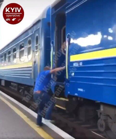 В Киеве мужчина на ходу пытался запрыгнуть в поезд.