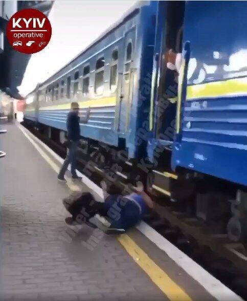 В Киеве мужчина чуть не упал под колеса поезда.