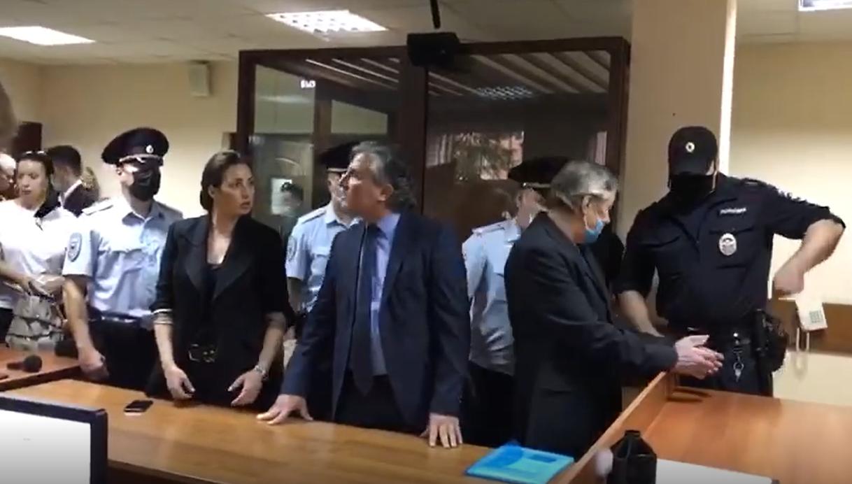 Михаила Ефремова увели из зала суда в наручниках .