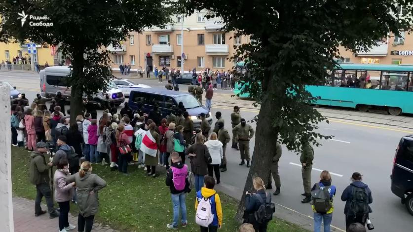 Люди возле машины силовиков.