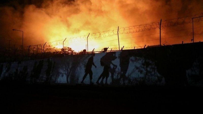 Люди покидали охоплений вогнем табір зі своїми речами.