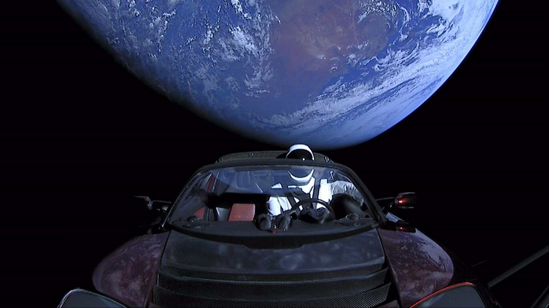 Tesla Roadster сильно отдалилась от Земли.