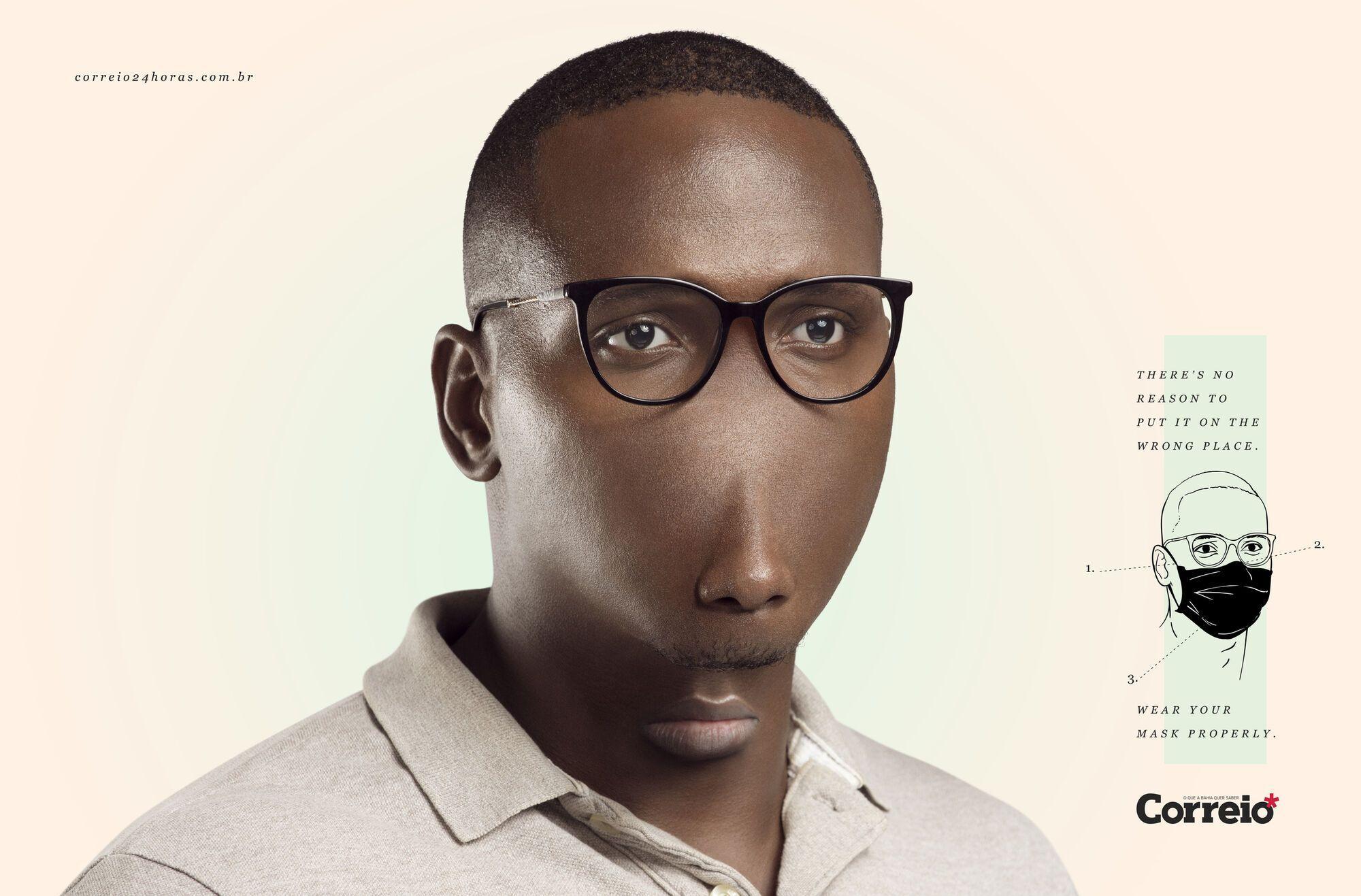 Мужчина, который носит маску на подбородке