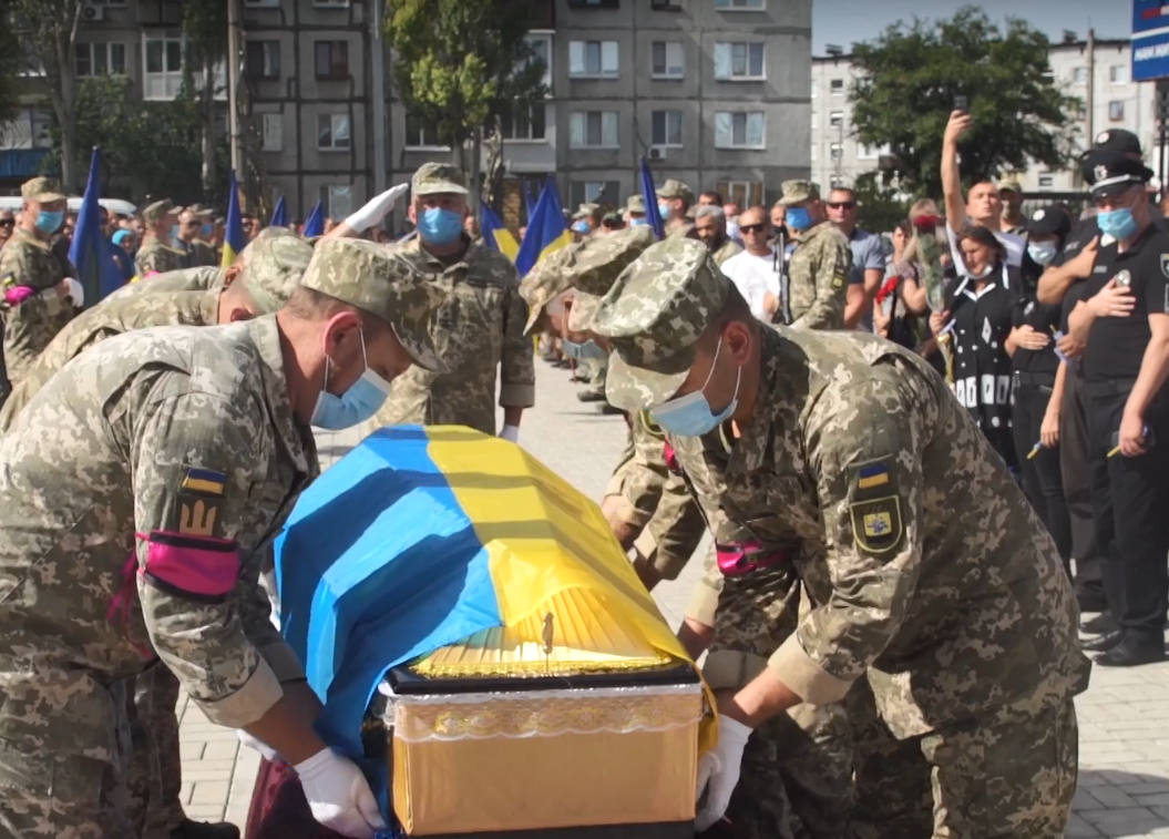Гроб Хоменко накрыли желто-голубым флагом.