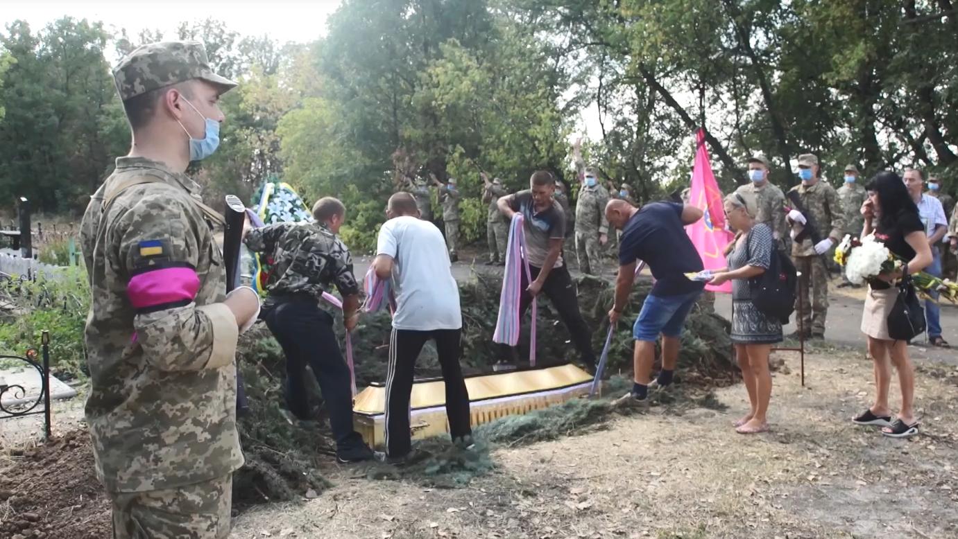 Почтить память воина ВСУ пришли друзья, побратимы, родные и неравнодушные жители Доброполья.