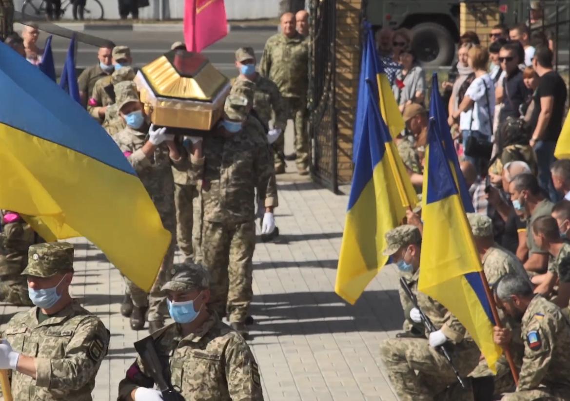 Церемония прощания с погибшим воином ВСУ.