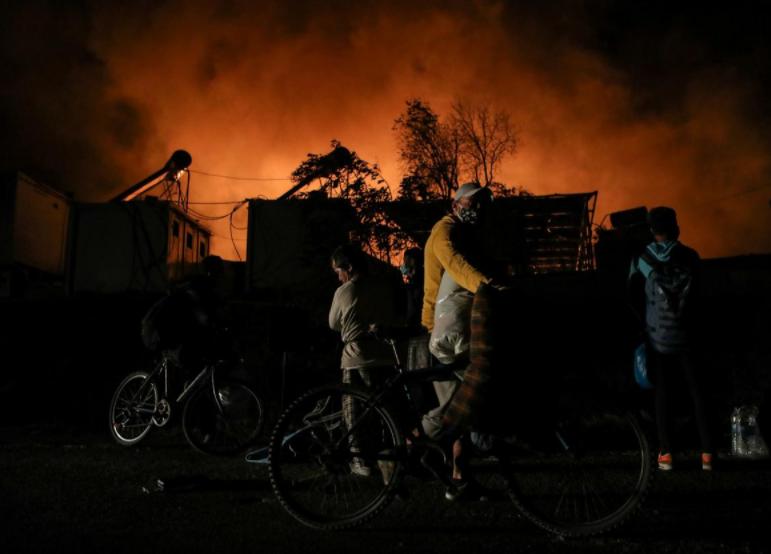 """Вогонь охопив найбільший у Греції табір для мігрантів, переповнений об'єкт """"Моріа"""" на острові Лесбос."""