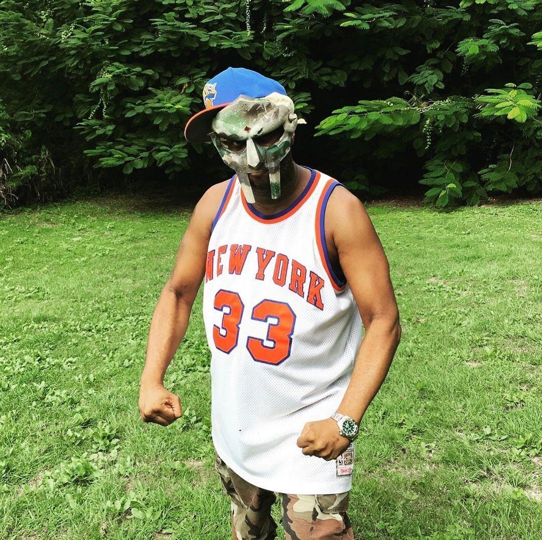Репер MF Doom в масці.