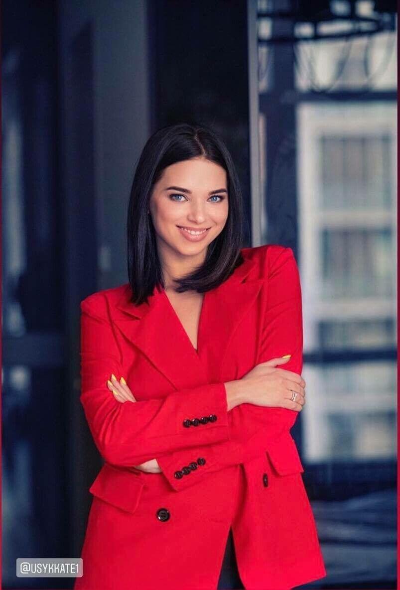 Катерина Усик в червоному піджаку